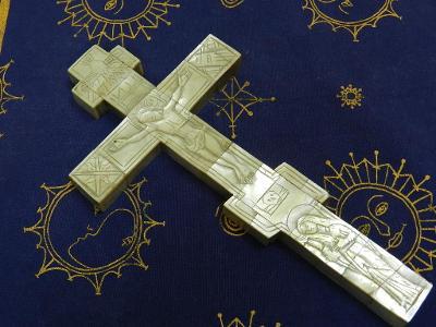 Zajímavý velmi starý dřevěný Kříž s perletí Ježíš Madona