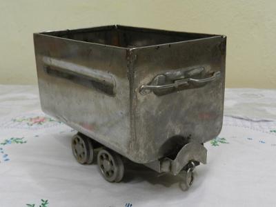 Zajímavý starý kovový model hornický Vagón