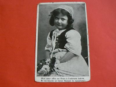 DĚVČÁTKO V ČAPCE KVĚTINY 1907