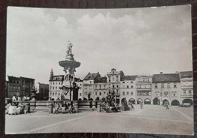 České Budějovice Žižkovo náměstí Samsonova kašna radnice auto kočárek