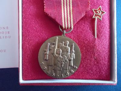 Pamětní medaile Výročí 40 let osvobození RA  KSČ originál dekret etue