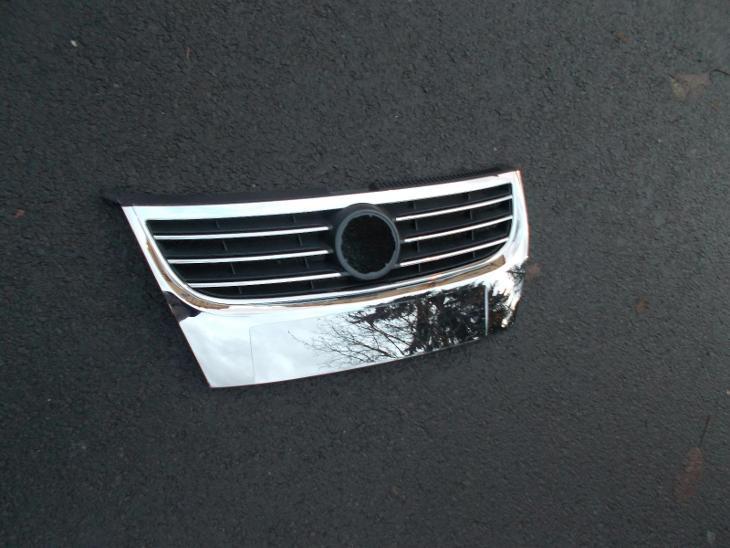 VW Touran r.v. 06-10 přední mřížka /chromová/ bez otvoru pro čidla - Náhradní díly a příslušenství pro osobní vozidla
