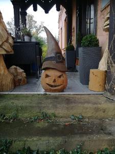 halloweenská dýně vyřezávaný motorovou pilou