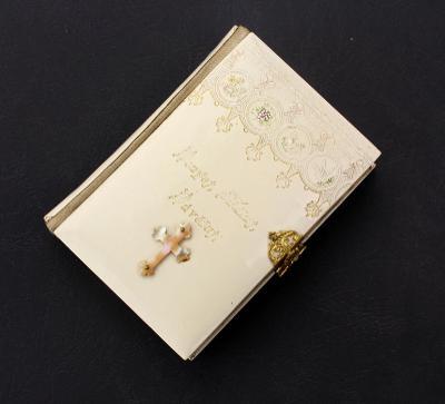 Modlitební knížka s perleťovým křížkem