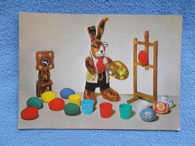 Koláž Velikonoce Zajíc maluje kraslice  foto Kýhos