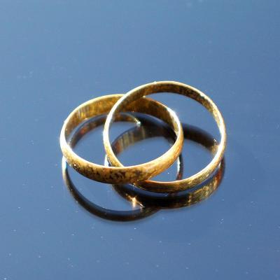 Stříbrné snubní prsteny spojené pozlacené patina