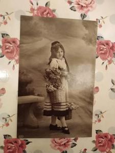 Fotopohlednice, R-U, dívka, květiny
