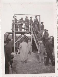 Vojáci na dřevěné tribuně a na oslavě - 4 kusy.