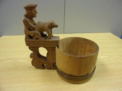 Starý dřevěný korbel(slánka?), zdobený  řezbou, bača s ovečkou