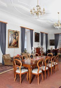 Velký neoklasicistní stůl z ořechu. Rozkládací pro 14 osob