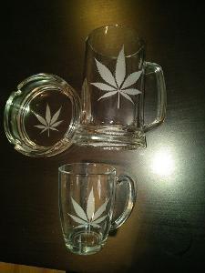 Marihuana  cannabis tráva sada půllir  hrnek popelník