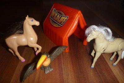 Koníci, stan a kamarád tukan