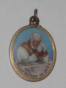 Medailon (přívěs) František Josef I., obecný kov, email