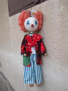 Stará velká dřevěná loutka klaun