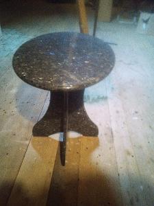 Kamenný vyřezávaný  leštěný stůl