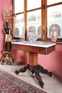 Květinový stolek s mramorem