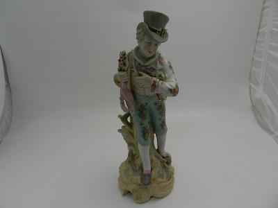 Hezká větší malovaná porcelánová soška Kavalír Značeno