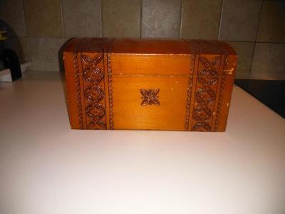 Vyřezávaná dřevěná dekorativní truhlička