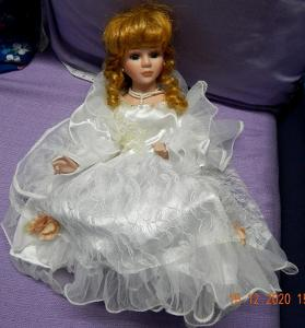 Porcelánová sedící panenka ke svatbě na auto nevěsty - 30 cm