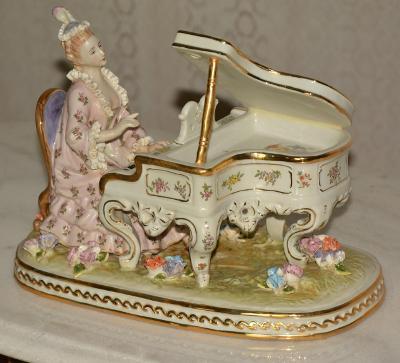 Zámecká porcelánová socha - Dáma u klavíru