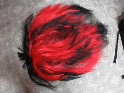 paruka černo červené s rohy vlasy