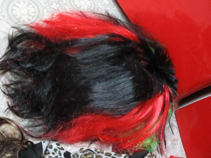 paruka černo červené s rohy vlasy - Převleky, kostýmy, masky