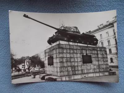 Praha Sovětský tank IS 2 pomník komunismus osvobození válka  Už není !