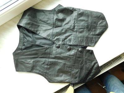 Krásná černá kožená vesta, přes prsa 96 cm