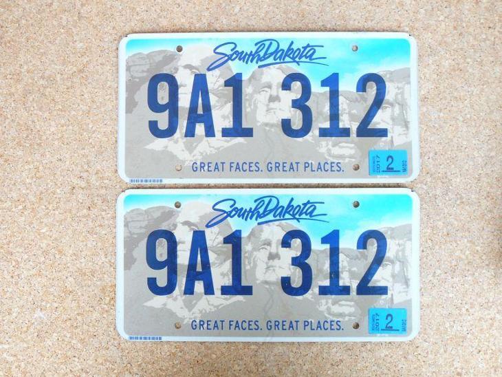 USA SPZ, South Dakota pár originál... - Motoristické předměty