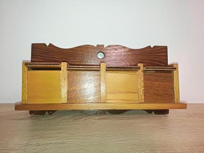 Starožitná dřevěná nástěnná polička / skříňka na čajové sáčky