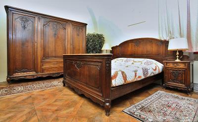 Bohatě řezbovaná starožitná ložnice. Masivní dub.