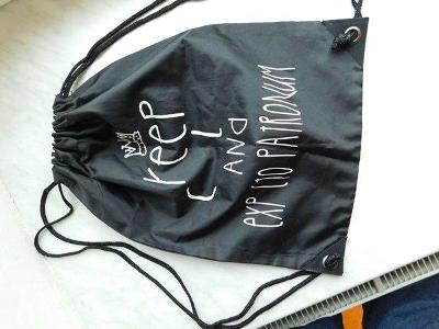 Pěkný černý lehký batůžek