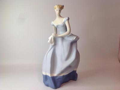 Porcelánová soška biskvit dáma s kapesníčkem Royal dux