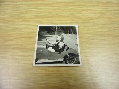 Stará fotografie dětské šlapací autíčko