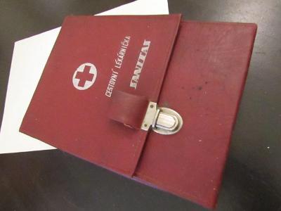 Retro lékárnička včetně skleněných prasátek
