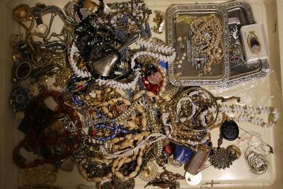 Hromada šperků z pozůstalosti