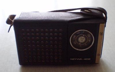 HISTORICKÝ SOVĚTSKÝ PŘENOSNÝ RETRO TRANZISTOR RADIO NEYWA 402