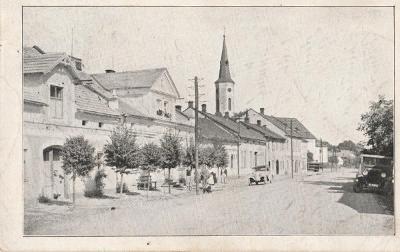 Hrabyně, ulice, kostel, auta