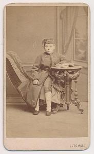 Čechy, Malý čtenář, kabinetní foto atelieru J. Tomáš, cca 1890