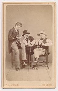 Pijáci piva, kabinetní foto ateliéru Menzel, cca 1890