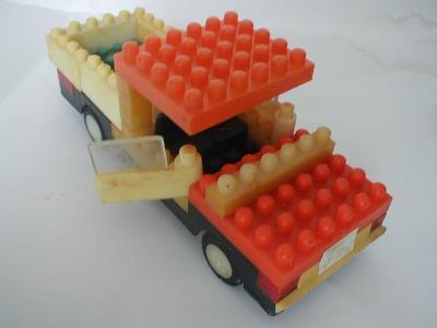 Nákladní auto pick-up ze stavebnice