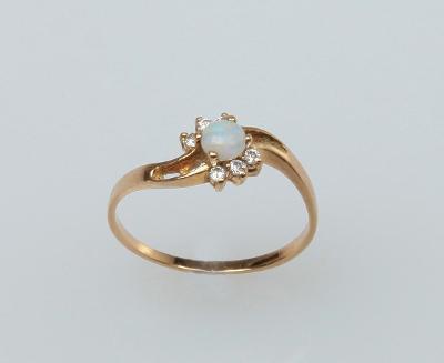 Zajímavý, zlatý prsten s opálem a zirkony