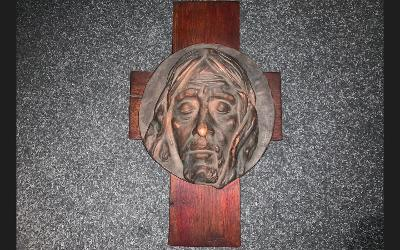 dřevěný kříž s ježíšem
