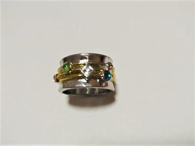 Stříbrný prsten s barevnými kamínky