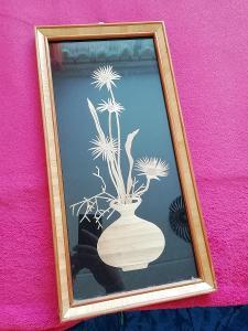 květina ze slámy pod sklem