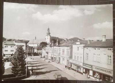 Vsetín Rožnov pod Radhoštěm náměstí obchod kostel auto