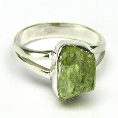 Stříbrný prsten s přírodním vzácným olivínem o váze 15 karátů