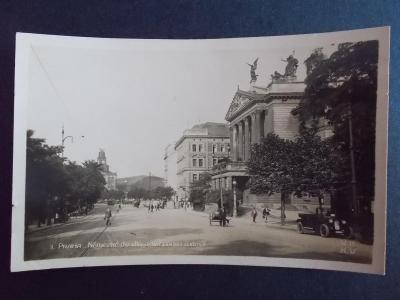 Praha reál foto Wilsonovo nádraží Německé divadlo auto veterán Tatra