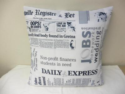 Polštář velikost 40x40 cm - novinový vzor