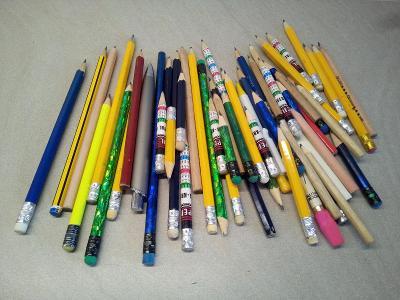 Velká hromada obyčejných tužek různých tvarů, velikosti, načatí, ...